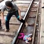 Vonat alá zuhant egy indiai csecsemő, túlélte – videó
