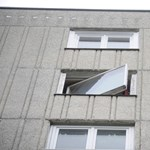 8 emeletet zuhant, majd a fűben sírdogált a csecsemő – további részletek
