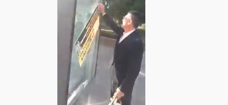 A polgármester sofőrje tépkedi a plakátokat Csepelen