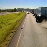 Nem figyelt a teherautó sofőrje, két autót préselt össze a reggeli torlódásban – videó