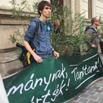 Dühös szülők és tanárok lephetik meg Ádert a Sándor-palotánál