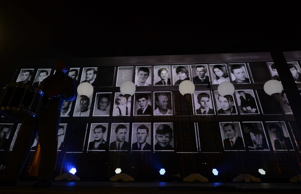 afp. Berlini fal leomlásA 25 éve 2014.11.09. Pictures of people who died as they tried to escape east Berlin are screend during a Street Party organized by German governement to mark the 25th anniversary of the fall of the Berlin Wall, in front of the Bra