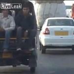 Tébolyda van az indiai utakon is - videó