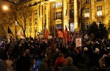 Felmentették az újságírót, aki az úttesten sétálva tudósított egy tüntetésről