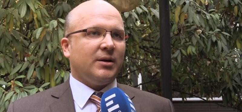 Nyomkövetőt kapott a korrupcióval gyanúsított helyettes államtitkár