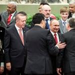 Kínos gerincprobléma – miért hajlong Orbán Viktor keleti diktátorok előtt?