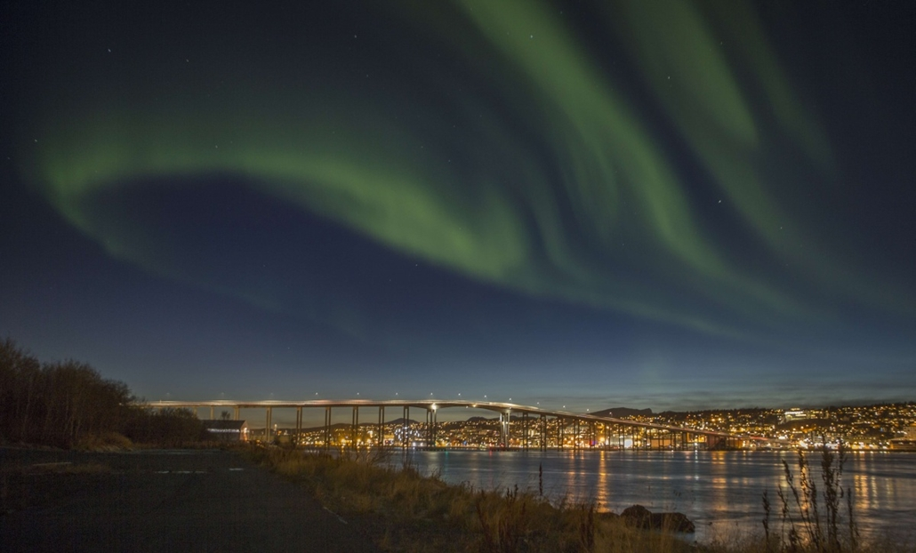 afp. hét képei - Tromso, Norvégia, 2014.10.20. Northern lights (Aurora borelias) are seen over the city of Tromso in northern Norway on October 20, 2014.