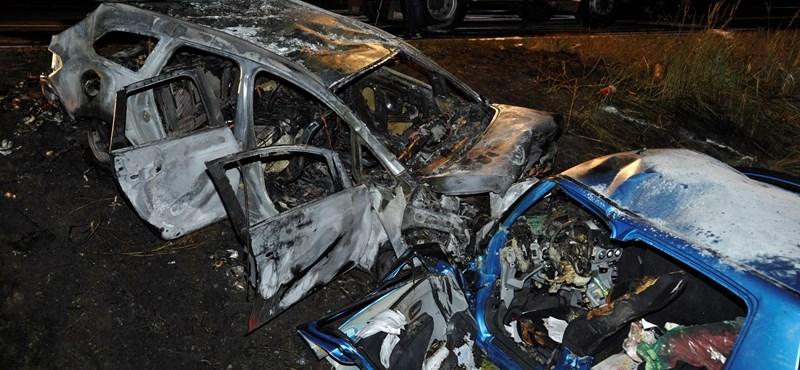 Percekig videózták az autót, ami az M5-ösön szembement a forgalommal, majd utána frontálisan ütközött