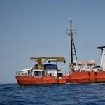 """""""Soros-hajónak"""" nevezi a Fidesz a gyerekekkel teli menekülthajót"""