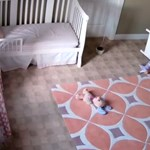 Kimentette a szekrény alól ikertestvérét a kétéves kisfiú - videó