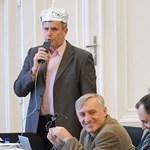 Ufók és Soros – Alufóliasisakban szólalt fel a DK-képviselő a debreceni közgyűlésen