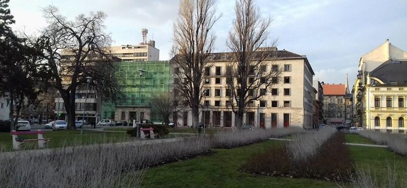 Felállványozták a volt pártszékházat a II. János Pál pápa téren – fotó