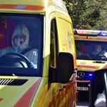 Szívbeteghez igyekvő mentősök sérültek meg egy balesetben