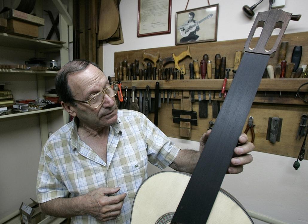a zene világnapja nagyítás - Arcangel Fernandez gitárkészítő mester madridi műhelyében 2007-ben. A mester több rendelést már nem vesz fel, gyakran kilencezer eurós hangszereinek többsége pedig japán gyűjtők tulajdonában van