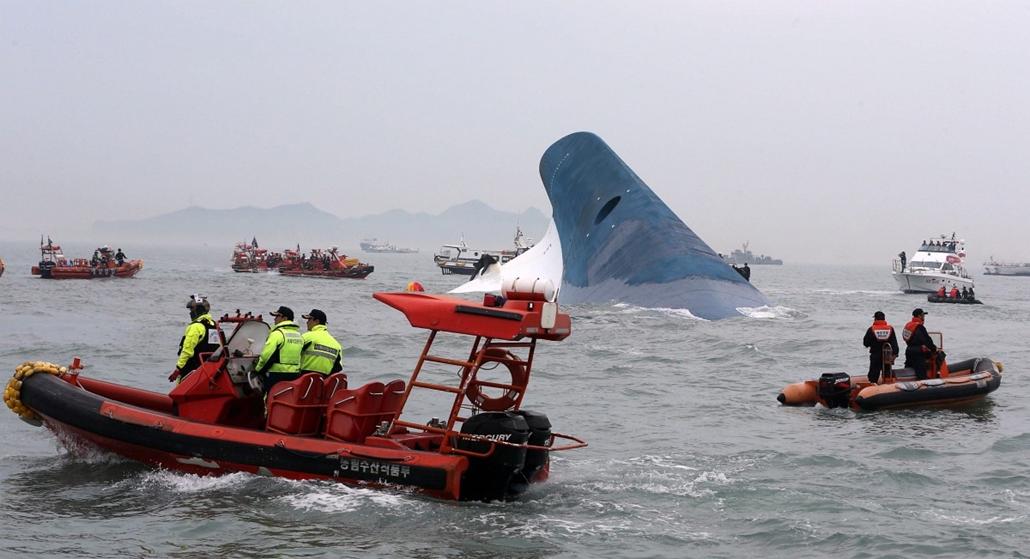 epa. 2014.04.16. Dzsindo, 2014. április 16. A süllyedő Szevol személyhajóról mentik az utasokat a dél-koreai Dzsindo partjai előtt 2014. április 16-án. A több mint 470 embert - köztük 325 középiskolást - szállító hajó később teljesen elsüllyedt.