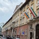 Visszakerült a szivárványos zászló a budapesti városházára, amit Novák Előd szedett le