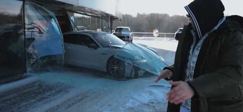 Áthajtott egy Porsche-kereskedés ablakán a lájkokért - videó