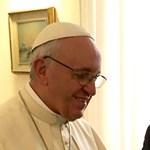 Mark Zuckerberg találkozott Ferenc pápával, és egy igen egyedi ajándékot vitt neki – fotó