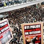 Megszállták a repteret a tüntetők Hongkongban