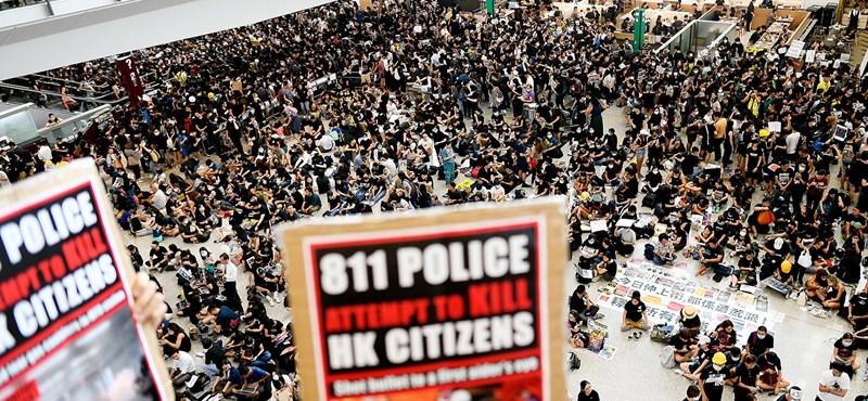 Kedden is több száz repülőjáratot töröltek a tüntetések miatt Hongkongban