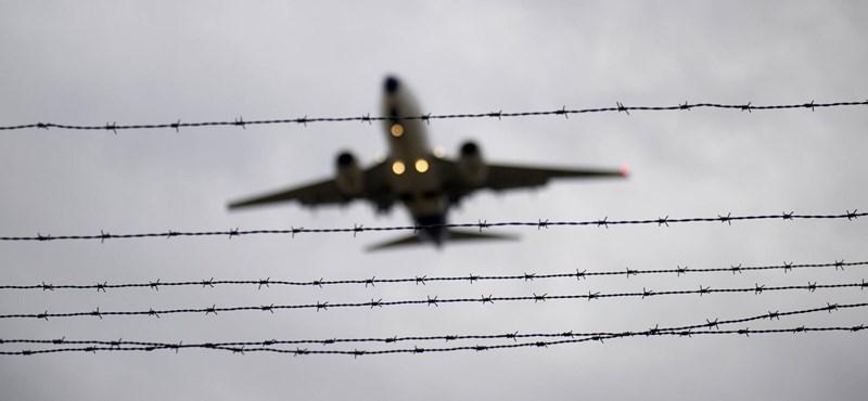 Külföldön is kiállítják a sorból a Kanadába repülő magyar romákat