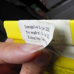 Piacon vett hamis címkékkel árulták a lejárt édességet egy budapesti diszkontban