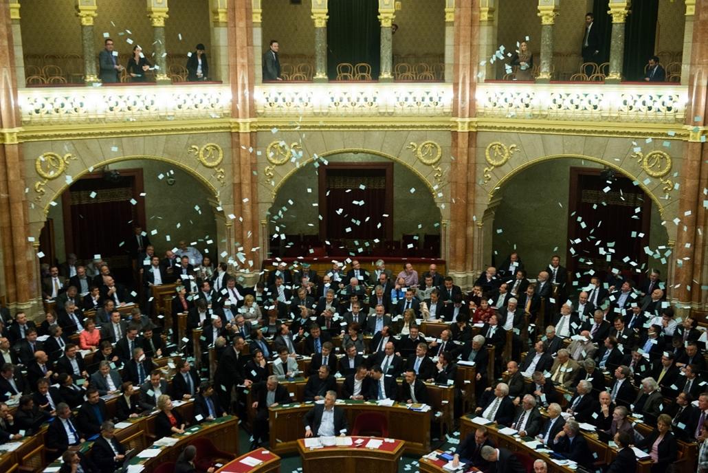 2012.10.29. - Kékcédulákat szór az LMP a kormány padsorai közé a választási rendszer vitája után - évképei
