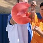 Parádés a videó, amelyen egy Shaolin-szerzetes tűvel tör át egy üveglapot