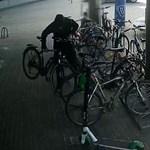 Videón, ahogy elkötnek egy egymillió forintos biciklit Budapesten
