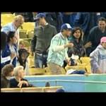 Videó: elejtette kislányát, hogy elkapja a labdát