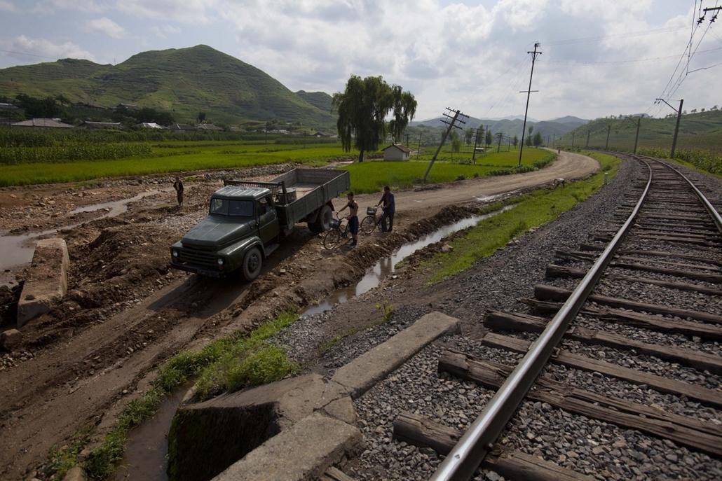 Hét képei nagyítás - Áradások Songchon megyében Észak-Koreában, ahol a rossz vízelvezetés, a széleskörű erdőirtás, valamint a törékeny infrastruktúra miatt egy átlagos felhőszakadás is hatalmas károkat okoz.