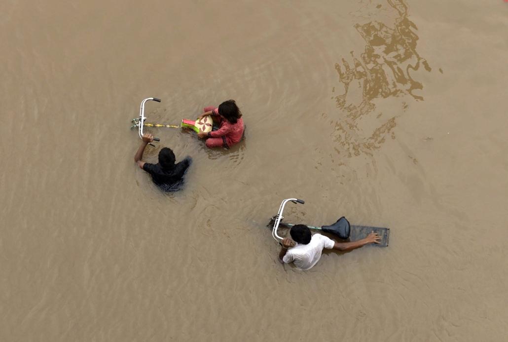 afp. hét képei - Lahore, Pakisztán  2014.09.04. esőzés, árvíz