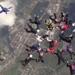 Ukrajna felett dőlt meg az ejtőernyős tandemugrás világrekordja