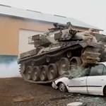 Vidám hétvégi program: tankkal autókon, házakon át