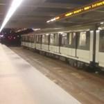 Így csúszkált a 2-es metró a Pillangó utcánál már péntek este is – videó