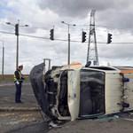 Szirénázó mentőautóba rohant egy autó