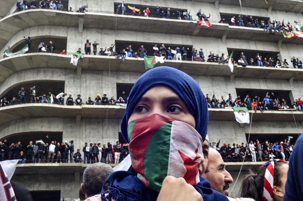 nagyítás afp.19.03.08. algéria, nő, tüntetők