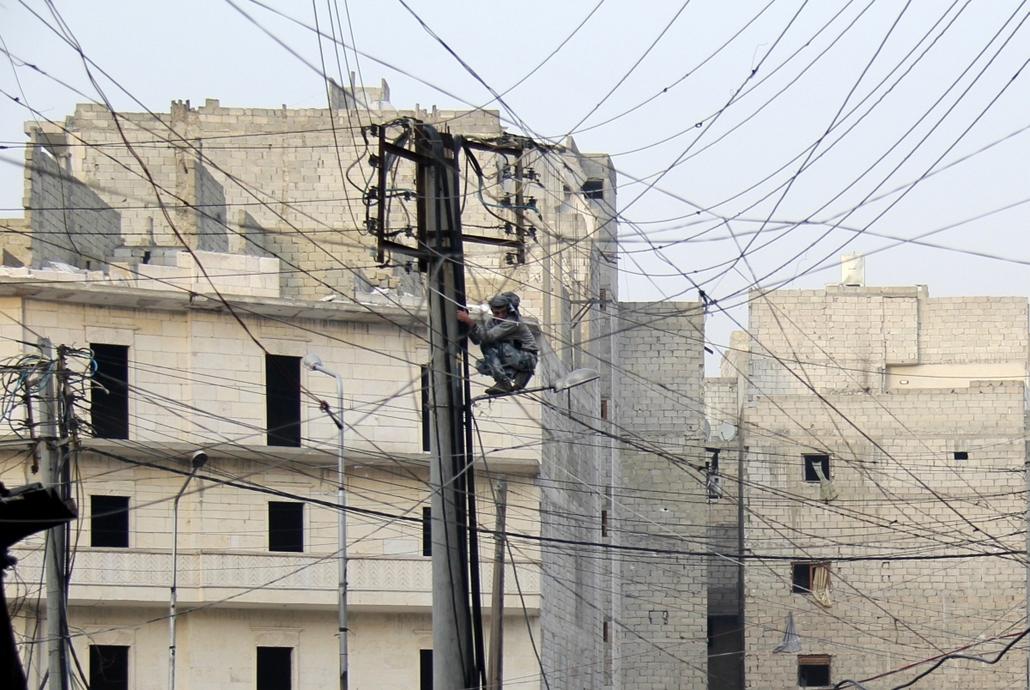 afp. hét képei - 2014.01.27. elektromos vezeték, Aleppo, Szíria