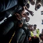 Félszáz migránst találtak Szerbiában egy kisteherautóban