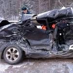Ezért életveszélyes rutin nélkül autózni a havas, jeges úton - videó