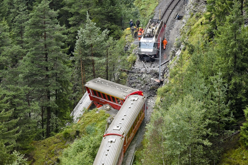 afp.14.08.13. - Tiefencastel, Svájc: svájci vonatbaleset, kisilott vonat, Svájc 2014.08.13. Tiefencastel, A picture shows a train after it was derailed by a landslide near Tiefencastel, in a mountainous part of eastern Switzerland, on August 13, 1014. A l