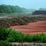 Vörösiszap: félig már befedték az átszakadt tározót