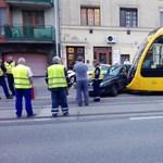 Fotók: Villamos és autó csattant Óbudán