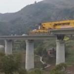 Videó: Lenyűgözően dolgozik az 580 tonnás hídépítő monstrum