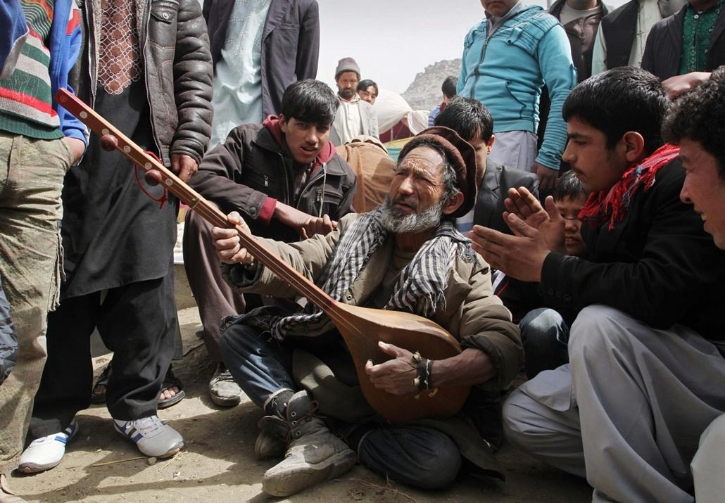 a zene világnapja nagyítás - Kabul - afgán zenész játéka a domburán