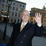 38 évvel a Waczak Szálló után John Cleese újra BBC-sorozatban