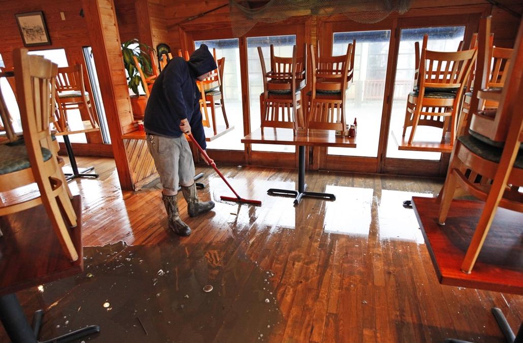 Takarítás a Bubba's étteremben Virginia Beach partjainál - Sandy hurrikán