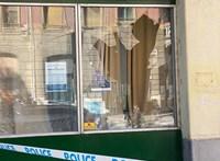 Elkeseredettségében kővel dobta be egy férfi a ferencvárosi Fidesz-iroda ablakát