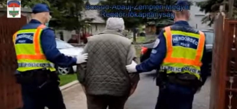 Reggel hatkor vitték el a rendőrök a 64 éves szerencsi facebookozót