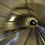 Műszaki hibák, türelmetlen utasok: így fordult káoszba pénteken a 4-es metró